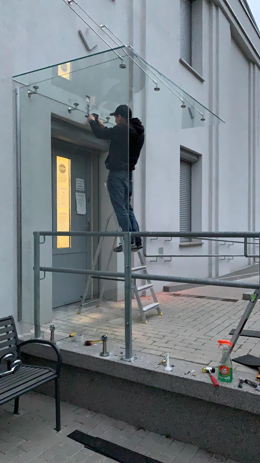 Daszek szklany oraz osłona szklana wejścia do budynku