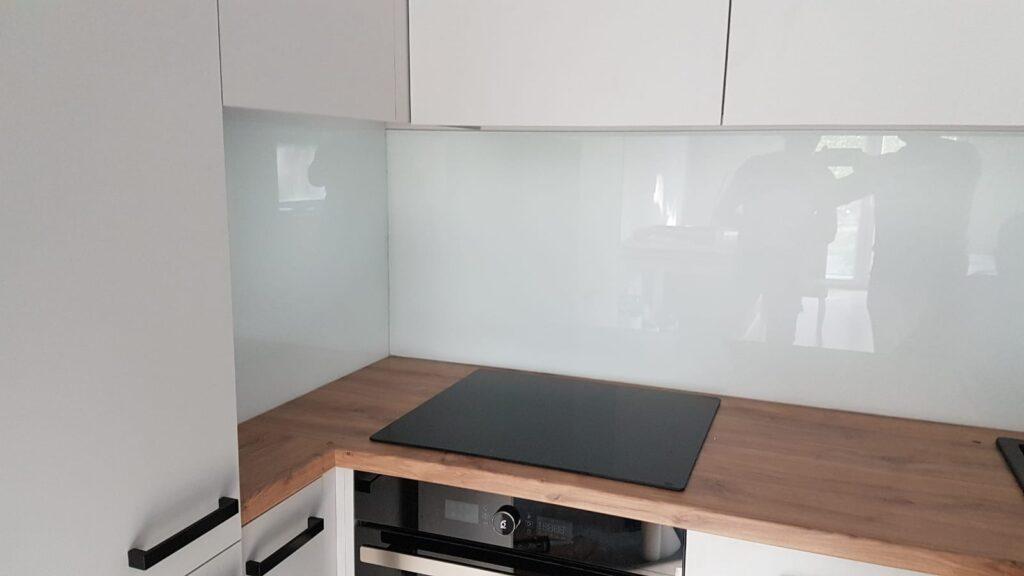 Szklane panele nad blatem w kuchni